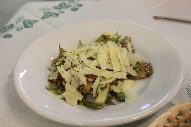 """Carpaccio Asparagi Verdi di Altedo IGP e champignons Valentina al balsamico """"Dodi"""" con scaglie di parmigiano"""